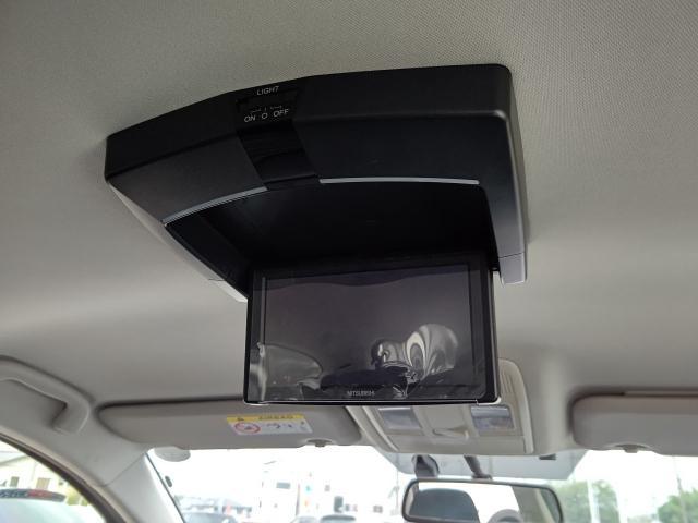 後席用モニター装備!走行中でも後席でDVD等の映像コンテンツが楽しめちゃいます!