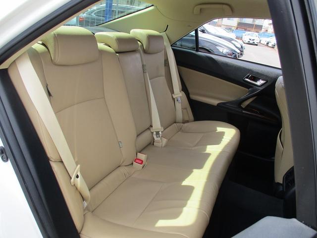 こちらのお車には、HDDナビ地デジ・バックカメラ・CD・DVDビデオ・ミュージックサーバー・本革・シートヒーター・オートクルーズ・オートライト・パワーシート・HIDライト・フォグ・16アルミが装備!