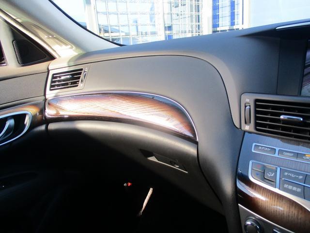こちらのお車には、HDDナビ地デジ・B/Sカメラ・CD・DVDビデオ・ミュージックサーバー・本革・エアシート・レーダークルーズ・LDW・オットマン・ブルートゥース・USB・キセノン・18AWが装備!