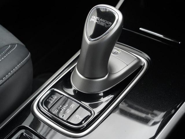 Gリミテッドエディション 後期・SDナビ地デジ・CD・DVDビデオ・ブルートゥース・コーナーセンサー・シートヒーター・ステアヒーター・AC100V・レーダークルーズ・LDW・18アルミ・LEDライト・フォグ・スマートキー(14枚目)