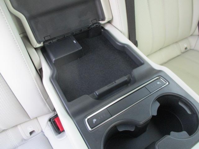 後席にもシートヒーターと充電の為のUSBも搭載。