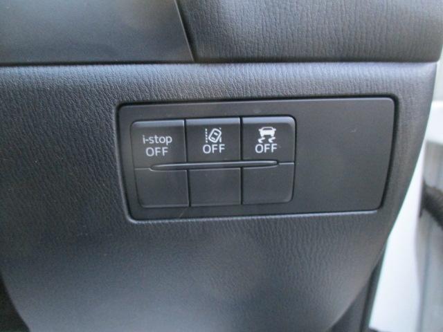 車両が車線を踏み越えそうであると判断すると、ステアリング振動またはビープ音によって警告します。