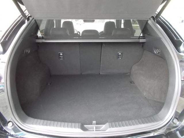 パワーリフトゲート付きで開閉操作も楽々♪定員乗車時でもサブトランクを含めて容量505Lを確保♪(サブトランク内、BOSEサウンドウーファー内蔵ベースボックス有り)パンク修理キット(スペアタイヤレス)付き♪