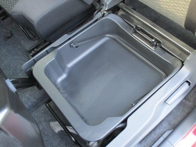 助手席シート下には取っ手付きで取り外し可能な収納スペースがあります!はずして丸洗いもできますよ!