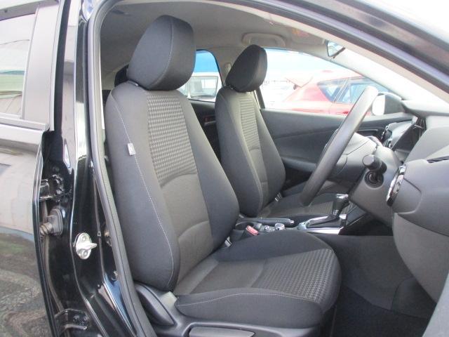 前席空間は運転に集中できるコックピットゾーンと左右への広がり感が心地よい助手席の二つのゾーンで構成されています