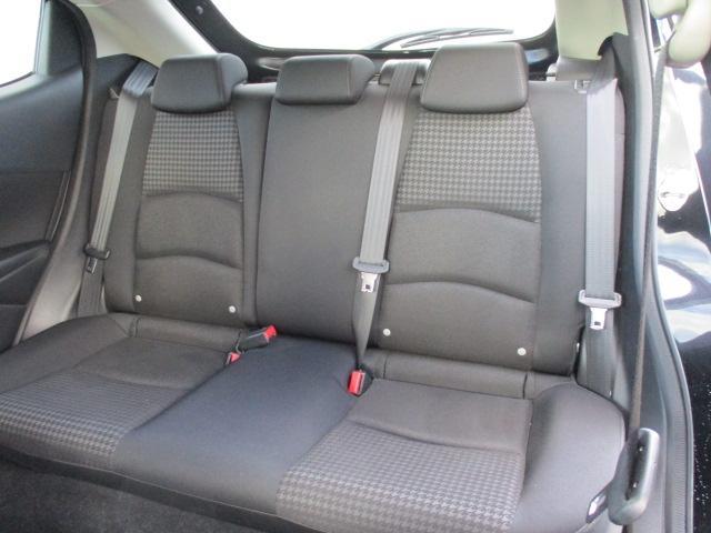 前面衝突時に後席乗員の下半身がシートから滑り落ちることを抑制するフロア構造を採用しています。