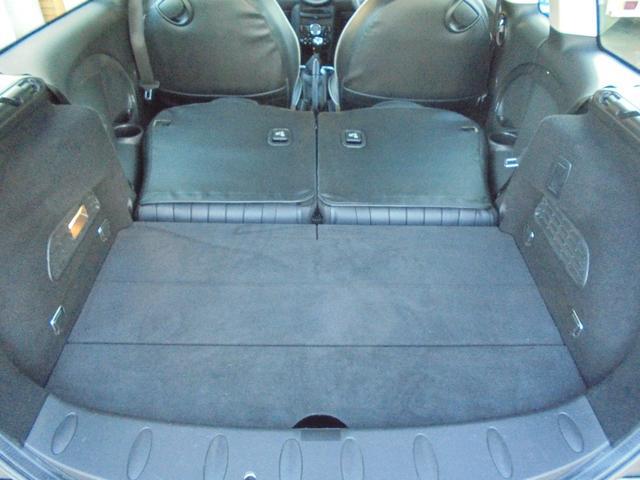 後部座席を倒しますと十分のスペースの出来上がり!ご利用のニーズに合わせてシートアレンジで長い物、大きな荷物等も載ります♪