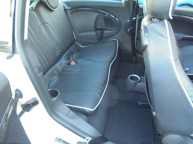 大人の方が座っても充分のスペース!ゆったり、くつろぎ感のある後部座席です。観音開き右側のみです!