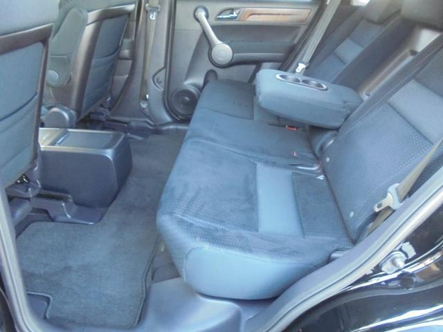 大人の方が座っても充分のスペース!ゆったり、くつろぎ感のある後部座席です。