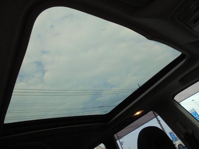解放感たっぷりサンルーフ!車内の換気や採光の取入れにとても便利で快適です!