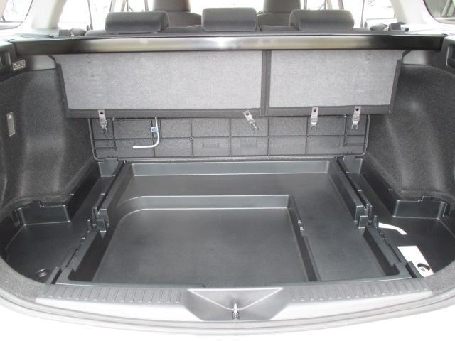 スペアタイヤの上に収納スペースがあります