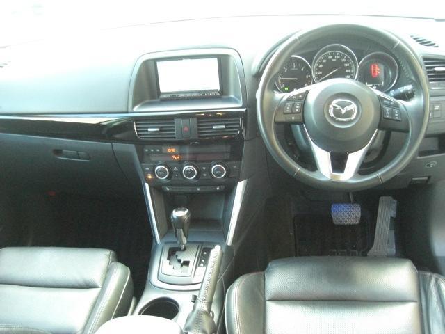 オートライトシステム&レインセンサーワイパー(フロント)感度調整式です。ヘッドランプの点灯/消灯、ワイパー作動のコントロールを状況に即して自動的に行い、ドライバーが運転に集中できるようにサポートします