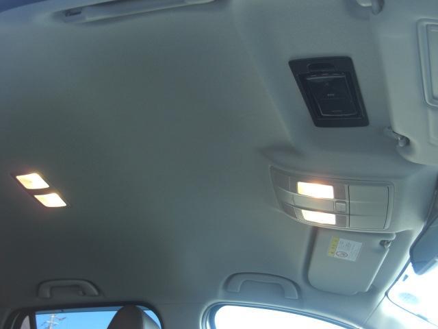 サンバイザーの後ろにETC車載器をスマートに収納。ETCカードの出し入れも簡単です。