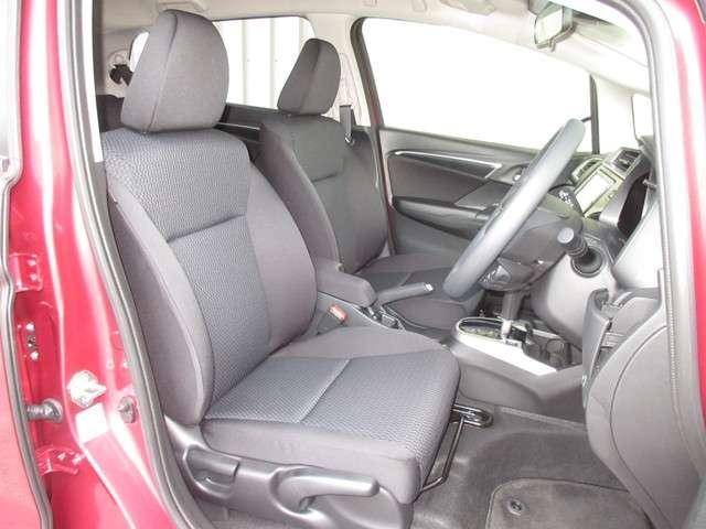 フロントシートは、ミドルクラスのフレームをベースに設計!肩まわりの開放感と腰まわりのサポート性を兼ね備えたデザインです!また、背もたれを厚くし、座り心地と振動吸収性を向上させています!