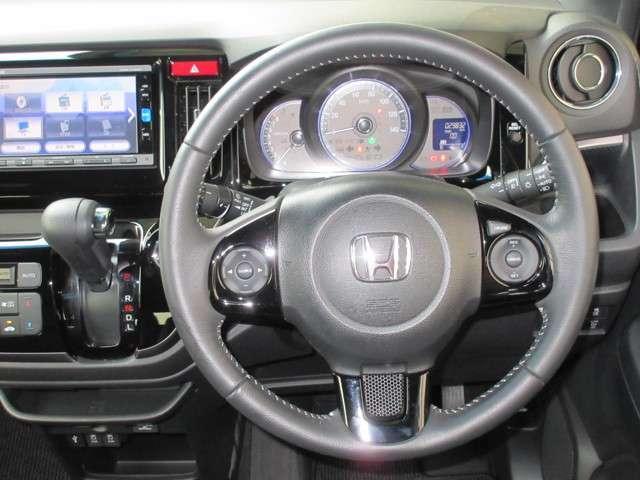 ハンドルの右側に一定のスピードで走れるクルーズコントロールスイッチ、左側にラジオのチャンネル、音量を変えるオーディオスイッチが付いております!ハンドルから手を離さずに操作できます!