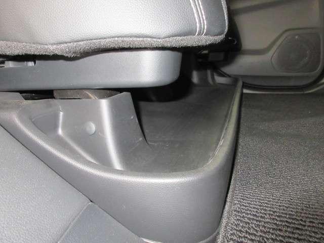 リアシートの下にはポケットを装備しております!傘など長い物は置き場所に困りますよね!靴なども収納しておくことができるのでとても便利です!