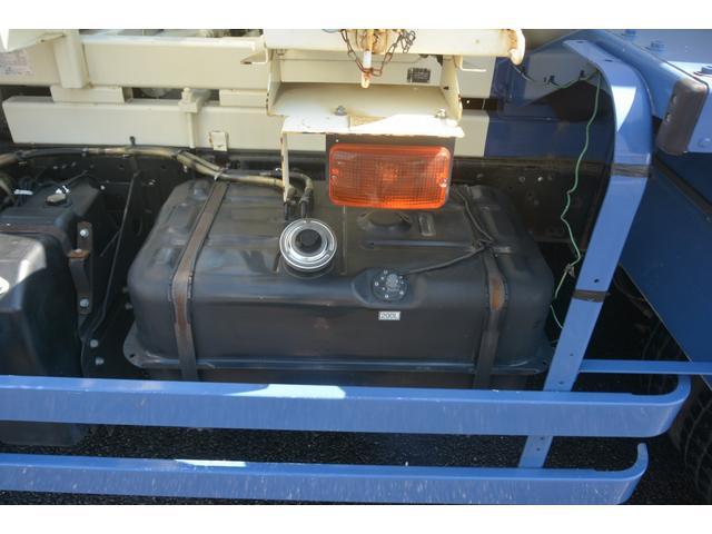 3軸 ベッド ミキサー車 カヤバ 8.9立米 電動ホッパ 6速MT 2デフ 水タンク キャブラダー 左電動格納ミラー フォグランプ ミラーヒーター 坂道発進補助 チョーク タコグラフ(13枚目)