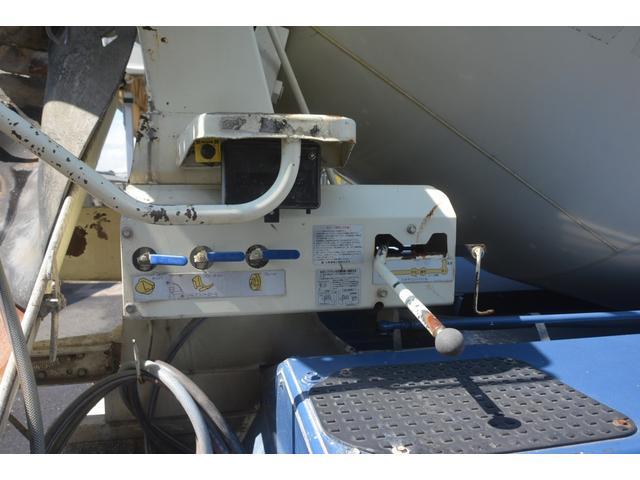 3軸 ベッド ミキサー車 カヤバ 8.9立米 電動ホッパ 6速MT 2デフ 水タンク キャブラダー 左電動格納ミラー フォグランプ ミラーヒーター 坂道発進補助 チョーク タコグラフ(19枚目)