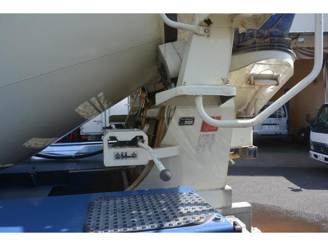 3軸 ベッド ミキサー車 カヤバ 8.9立米 電動ホッパ 6速MT 2デフ 水タンク 左電動格納ミラー キャブラダー フォグランプ ミラーヒーター 坂道発進補助 デフロック ETC チョーク タコグラフ アドブルー(17枚目)
