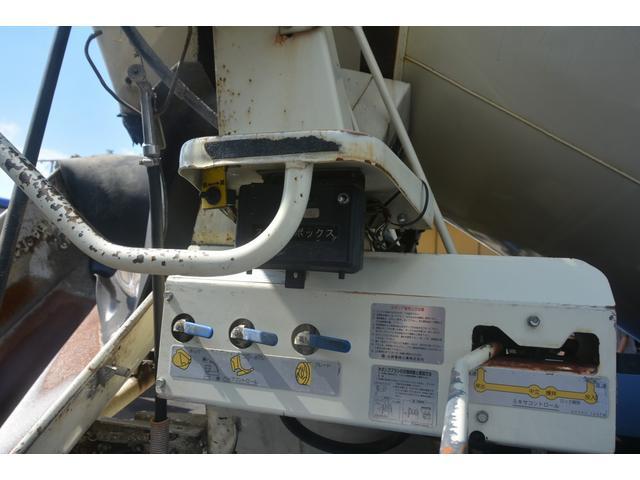 3軸 ベッド ミキサー車 カヤバ 8.9立米 電動ホッパ 6速MT 2デフ 水タンク 左電動格納ミラー キャブラダー フォグランプ ミラーヒーター 坂道発進補助 デフロック ETC チョーク タコグラフ アドブルー(22枚目)