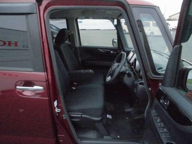 アームレスト付フロントシート。 運転手の体格に合わせて高さ調整が可能です!