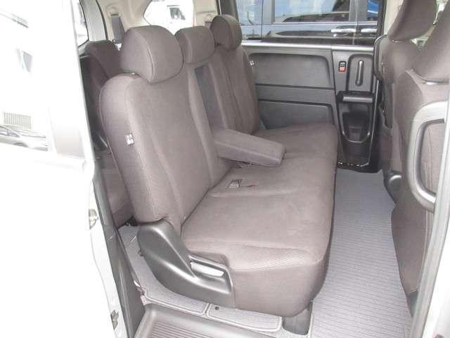 フリードの7人乗りには2列目シートを広く使えるタンブルシートを設定。3列目シートを同じ横幅のまま3席から2席にすることで、乗員一人ひとりの占有スペースを拡大し、着座時のゆったり感を大幅に向上しました。
