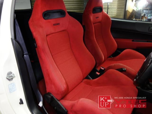 シートは左右共にEK9タイプR専用赤レカロシートを装着。経たりも少なく、サイドウォールの痛みも写真の様に少ない状態を保っております。
