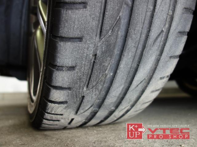 タイヤの溝は少々減り気味ではありますが、そのままご使用可能です。消耗後の交換も当店にお任せください。ご予算、ご用途にあわせて銘柄をご提案いたします。タイヤの種類に詳しくない方でも御安心ください!