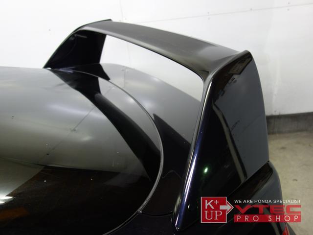 タイプR専用大型リアウィングも装着されております。タイプRの証でもある大型スポイラーは強力なダウンフォースを発生させます。