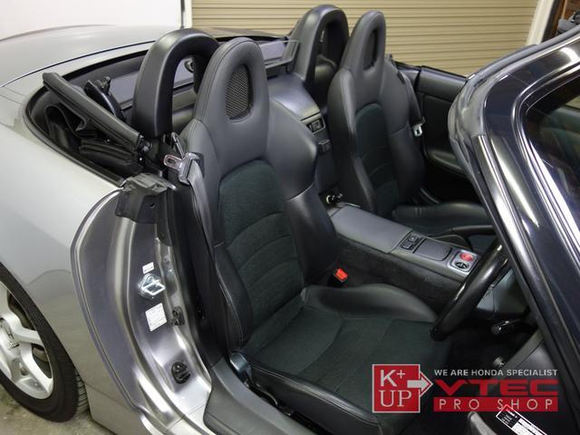 純正本革シートもシワ・スレ少なく良好なコンディションを保っております。シートベルトによるスレ予防対策も施されており、前オーナー様が大切にされていたことがわかります。