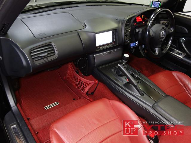 ETC車載器・ドライブレコーダーが装着済みです。スイッチパネルにオプションチタンパネルを装備。内容的には地味な装備ですが、運転時に目に入る箇所ですので大きな存在感のあるパーツです。
