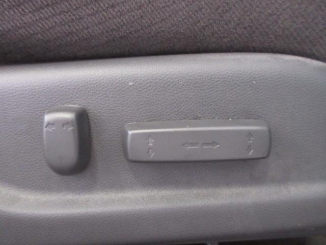 運転席は電動になっており、微調整が可能になっております♪