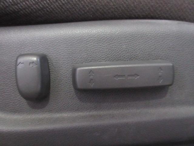 運転席はパワーシートですので、ドライブポジションの微調整も楽々です。