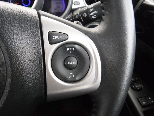 ステアリングに組み込まれたクルーズコントロールは、高速道路でのクルージングで、貴方のドライビングをサポートしますよ!