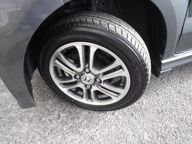 タイヤは155/65R14と純正アルミホイールを装着しています。足元のお洒落も気になりますよね!