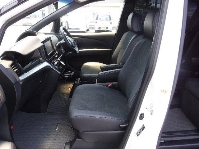 ドライバーズシートへの乗り易さもエスティマの長所です。運転席はパワーシート付。体格に合わせて着座位置の微調整が出来ます。