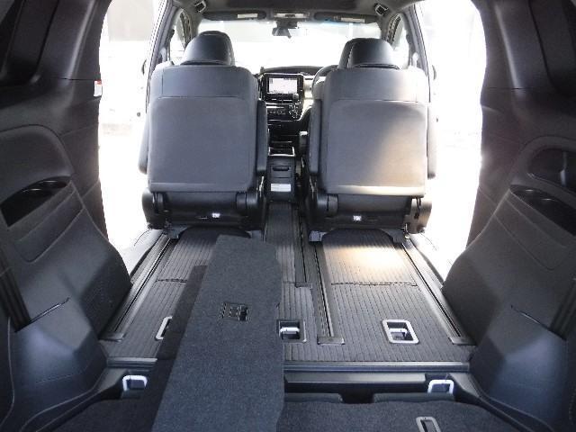 サードシートを床下格納すれば、大きなラゲッジスペースに早変わりしますよ!