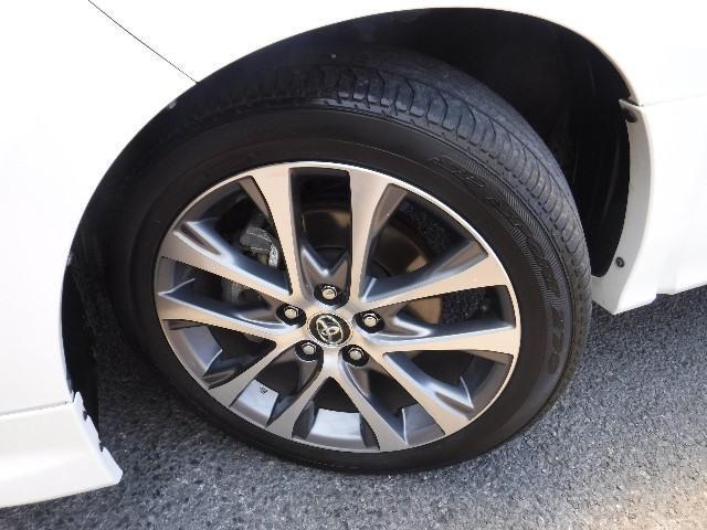 タイヤはDUNLOPの225/50R18と純正アルミホイールを装着。足元のお洒落も気になりますよね!