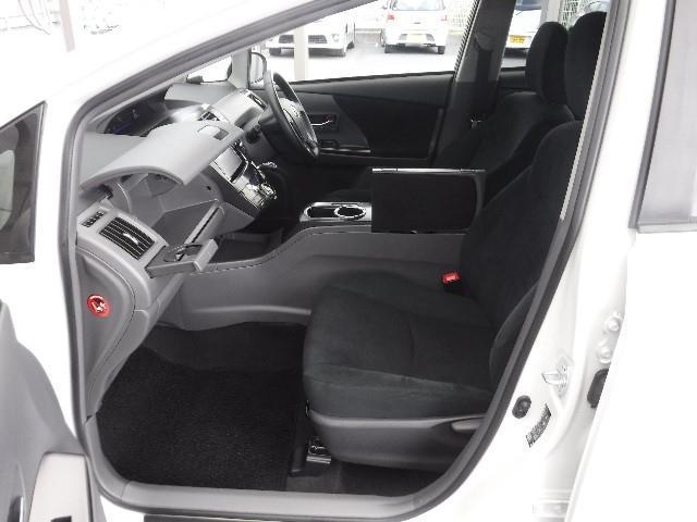 運転席にはシートリフターを装備、体格に合わせて座面高さの調整が出来ます。