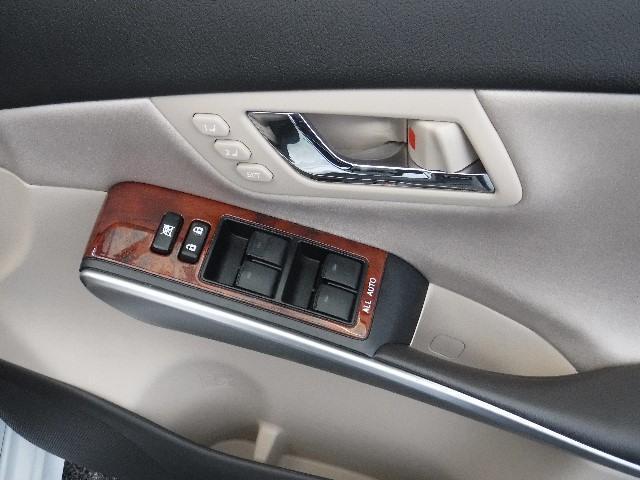 運転席側ドアには、マイコンプリセットドライビングポジションシステム/ALL-AUTOのパワーウインドウが付いてます。