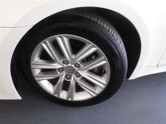 215/55R/17サイズのタイヤを装着しています。トヨタ純正アルミホイールがボディデザインと融合します。