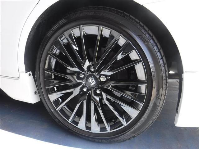 225/45R/18サイズのタイヤを装着しています。特別仕様車専用アルミホイールがボディーデザインと融合します。