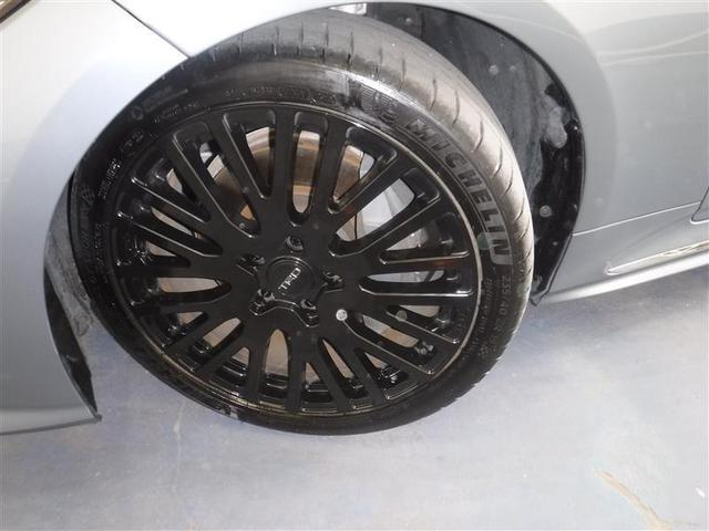 235/40R/19サイズのタイヤを装着しています。TRD製のアルミホイールがボディーデザインと融合します。