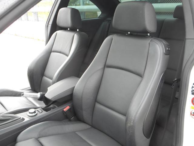 運転席・助手席のシートは使用感はありますがヘタリは少ないので座り心地やホールド性はしっかりしております。