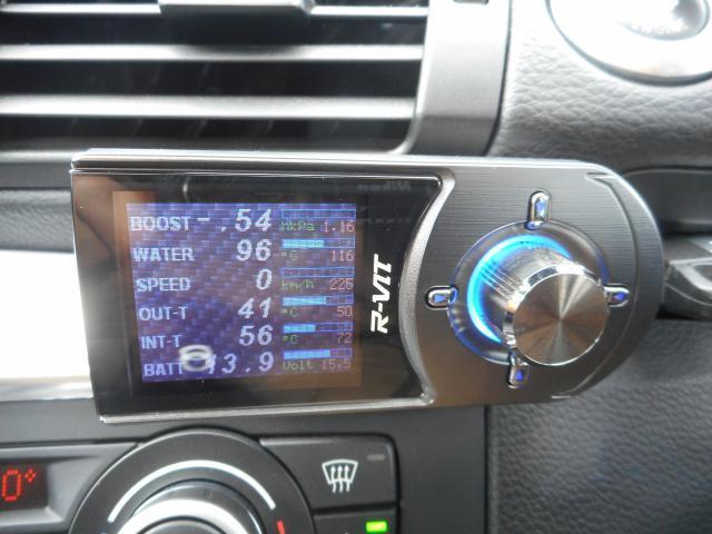 ブリッツ R-VITにて各温度など車の状況を把握できます。