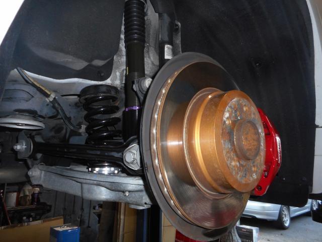 ブレーキは前後共にBMWパフォーマンスブレーキシステム(ブレンボ製)を塗装して装着されております。