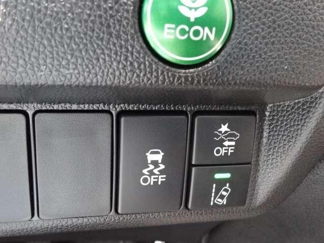 ECONボタンで、アクセル操作に対する駆動力とエアコンの消費電力などを省エネ化。雪道や雨の日の運転をサポートする横滑り防止装置、衝突軽減ブレーキ、路外逸脱制御機能などの安全装備で、お出かけも安心です。