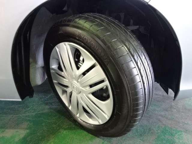 タイヤは2018年製ヨコハマのブルーアース185/60R15を装着しております。溝の残りは8分山になります。純正ホイールカバー付きです。その他にご不明な点がございましたらお気軽にお問い合わせください。