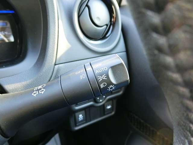 ライトのオンオフは車におまかせのオートライトコントロール付きです! ヘッドライトはLEDで明るい!