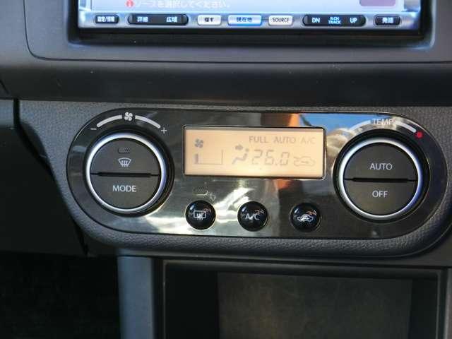 エアコンはフルオートタイプです。 温度を設定しておけば風量や風の出る場所を自動で調節! あとは車におまかせですね。